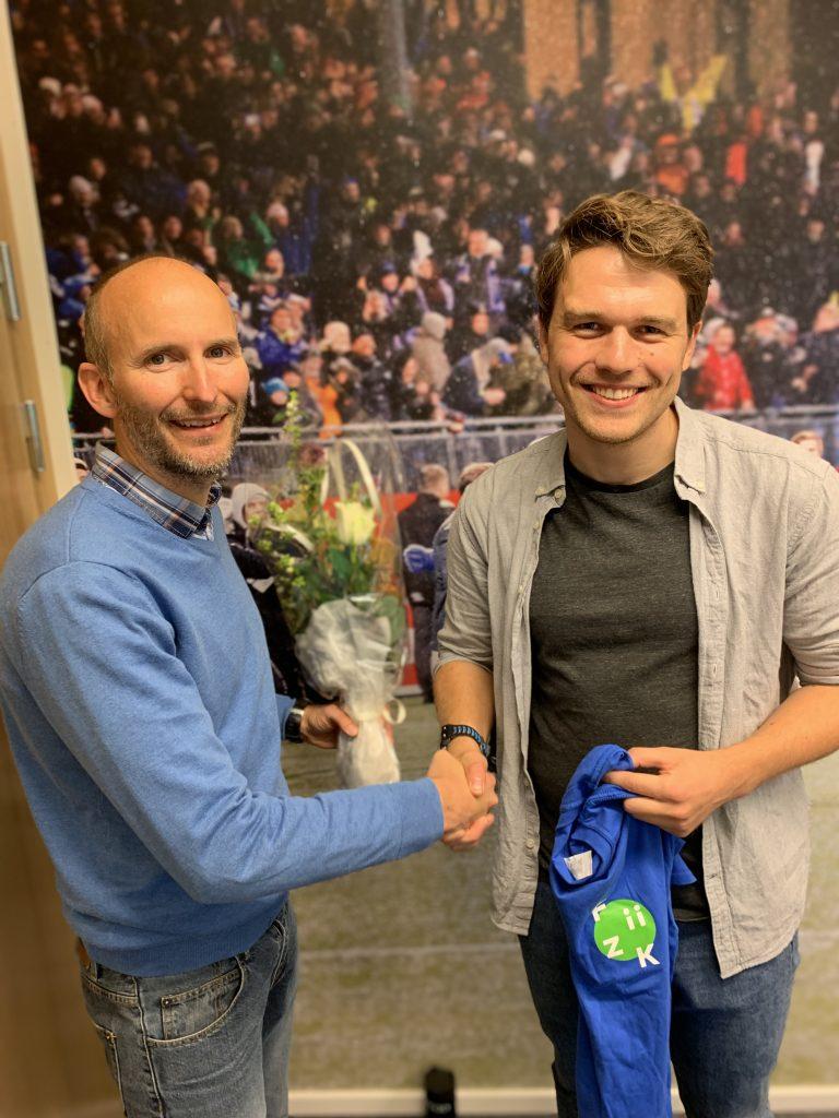 Opplæring og HR-ansvarlig Tom Frode Theigmann (t.v.), ønsker Adrian Opheim (t.h.) velkommen til FiiZK.